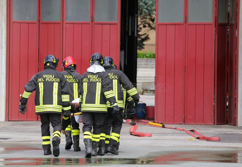 verletztes getragen von den Feuerwehrmännern auf einer Bahre lizenzfreie stockfotos