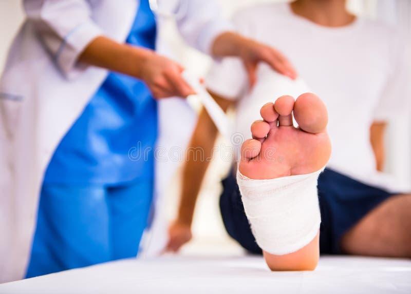 Verletzungsmann in Doktor lizenzfreies stockbild