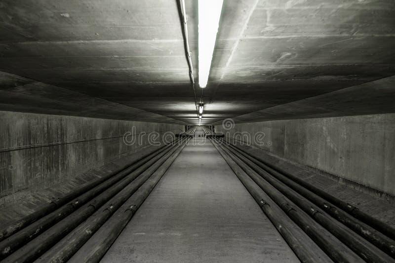 Verlicht binnen van moderne brug stock afbeelding