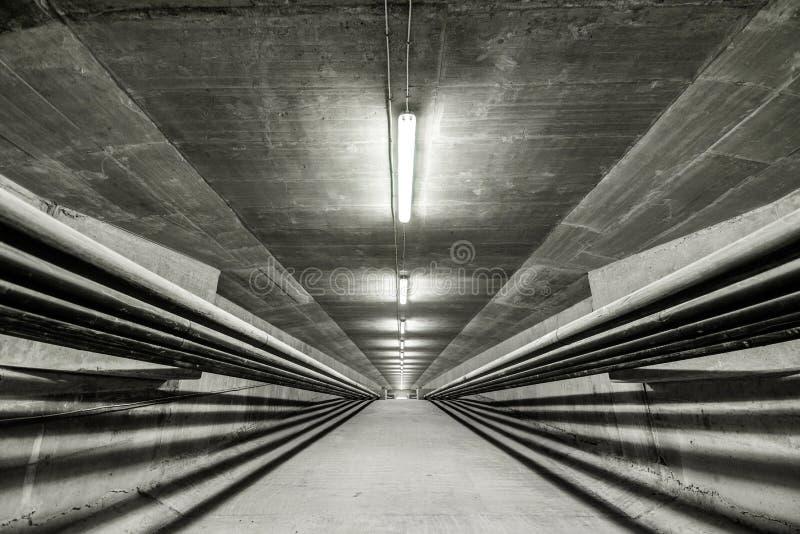 Verlicht binnen van moderne brug stock foto