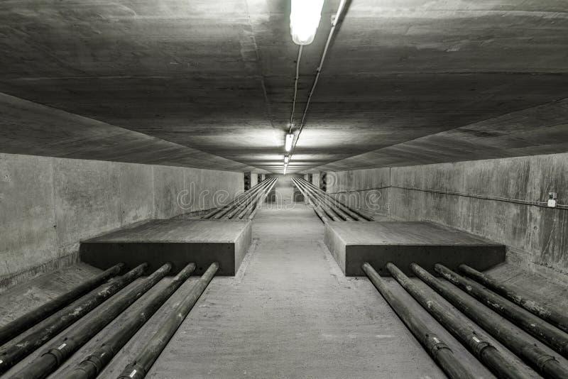 Verlicht binnen van moderne brug stock afbeeldingen