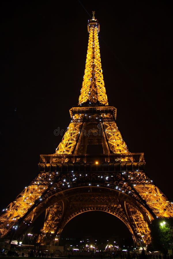 Verlicht de Torenclose-up van Eiffel tegen de zwarte nachthemel royalty-vrije stock foto