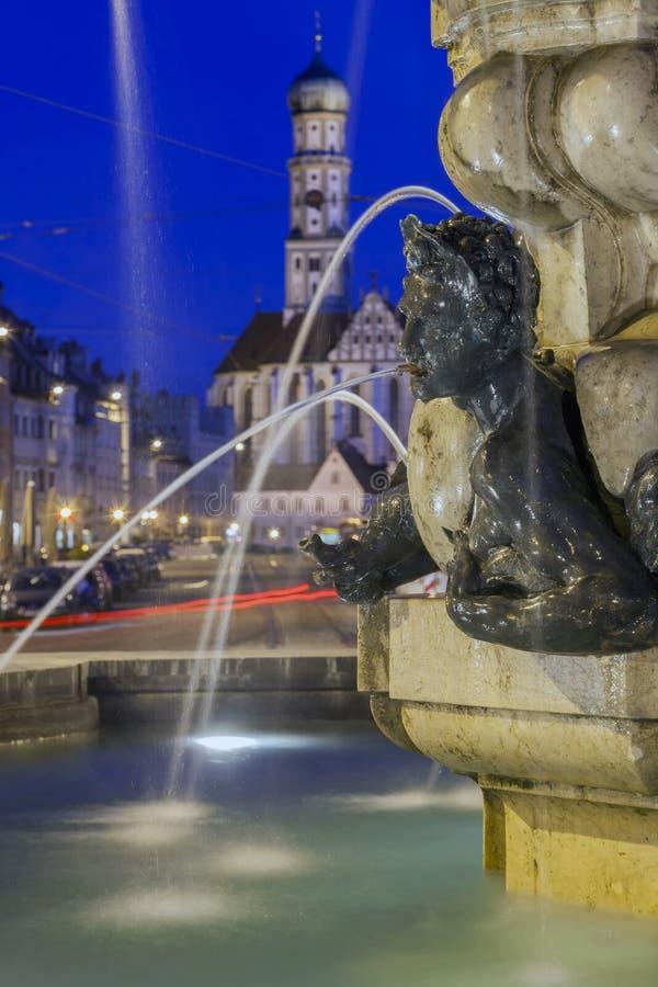 Verlicht Hercules Fountain in Augsburg stock afbeelding