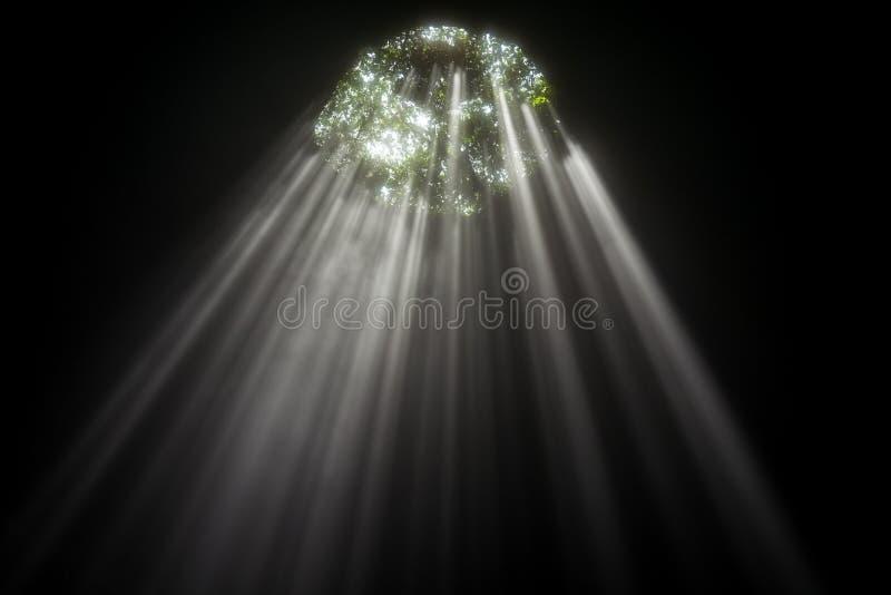 Verlicht hol bij de Reis van Goa Jomblang dichtbij Yogyakarta, Indonesië stock foto's
