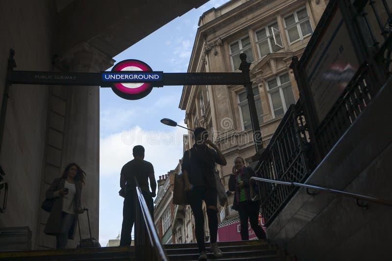Verlicht ondergronds de ingangsteken van Londen in piccadilly circusingang aan regentstraat centraal Londen Engeland het UK royalty-vrije stock foto