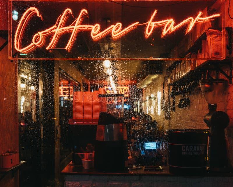 Verlicht venster en neonteken op een Koffiebar in Canary Wharf, Londen, het UK royalty-vrije stock afbeeldingen