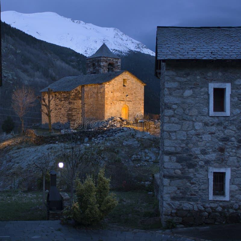 Verlichte bergkerk stock fotografie