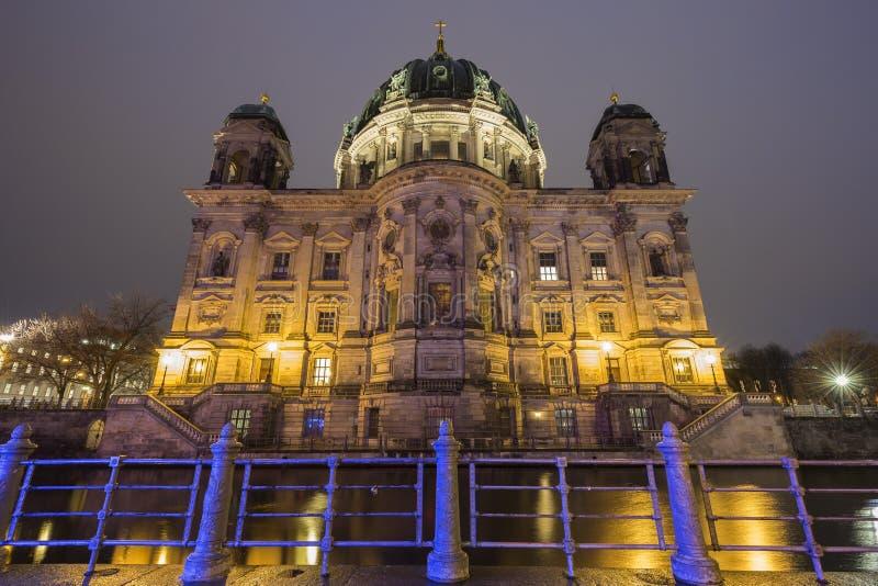 Verlichte Berliner Dom in Berlijn bij schemer stock afbeeldingen