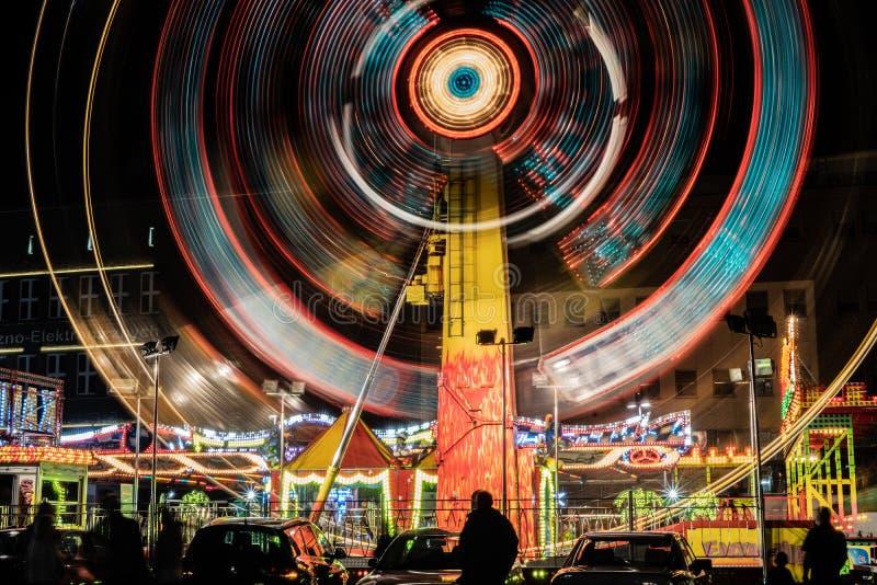 Verlichte carrousel bij nacht stock illustratie