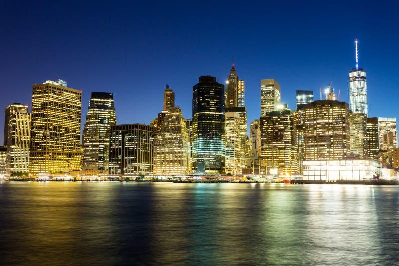 Verlichte de nachtmening van Manhattan van hudson stock fotografie