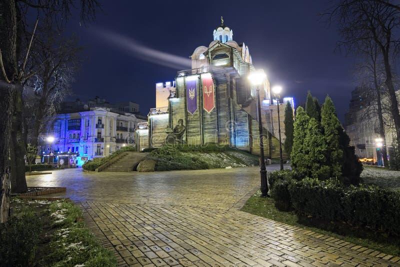 Verlichte Gouden Poorten en Yaroslav het Wijze monument royalty-vrije stock afbeelding
