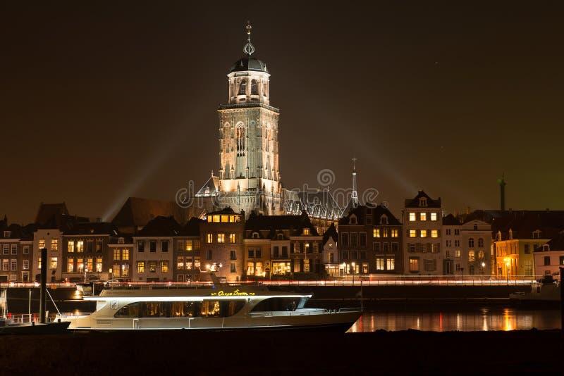 Verlichte horizon van de stad van Deventer in stock foto's