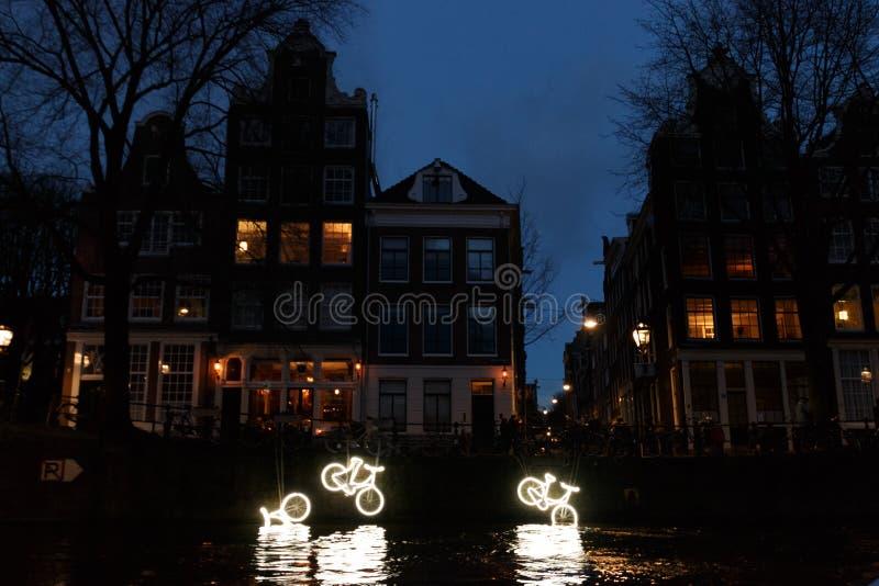 """Verlichte Kanaalfietsen """"15000 en more† 's nachts bij het Lichte Festival van Amsterdam stock foto"""
