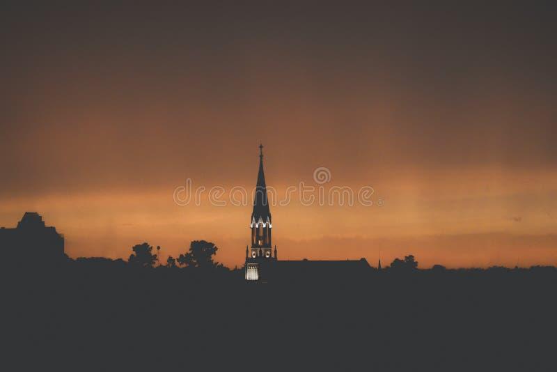 Verlichte kerk op de horizon stock fotografie