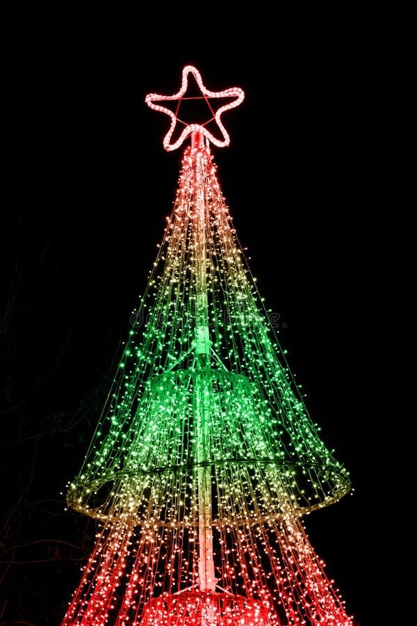 Verlichte Kerstboom stock afbeelding. Afbeelding bestaande uit vier ...