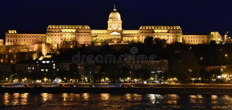 Verlichte nationale galerij in Boedapest stock afbeeldingen