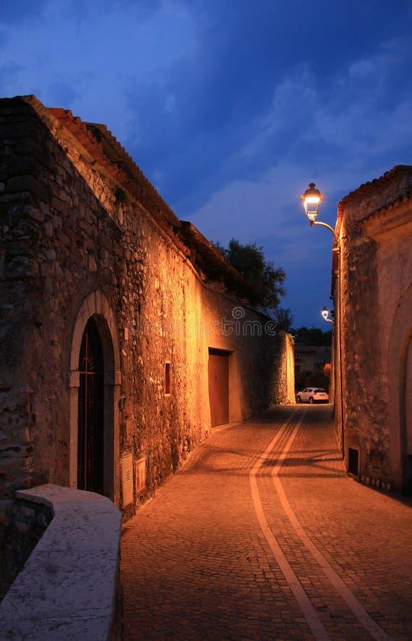 Verlichte smalle steeg, Italië stock afbeeldingen