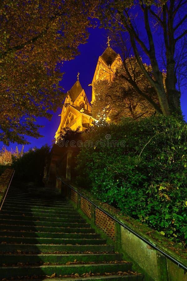 Verlichte St Lutwinus kerk in Mettlach bij nacht royalty-vrije stock afbeeldingen