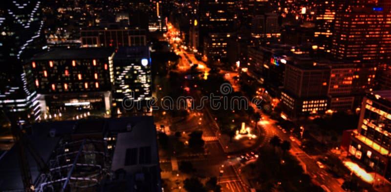 Verlichte stad bij nacht stock fotografie