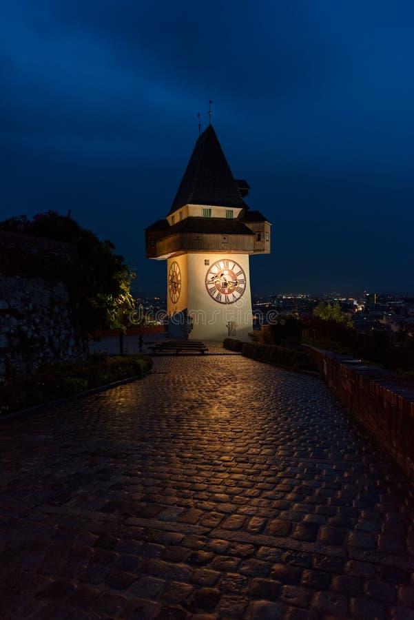 Verlichte stadsklokketoren, Graz, nachtscène, Oostenrijk stock foto