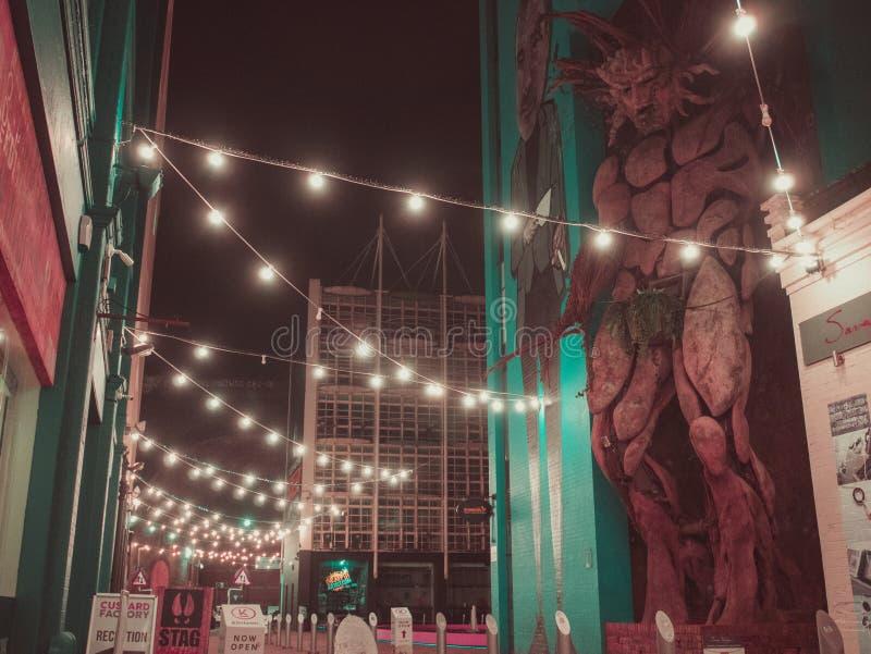 Verlichte steeg 's nachts in Vlafabriek, Birmingham het UK stock foto's