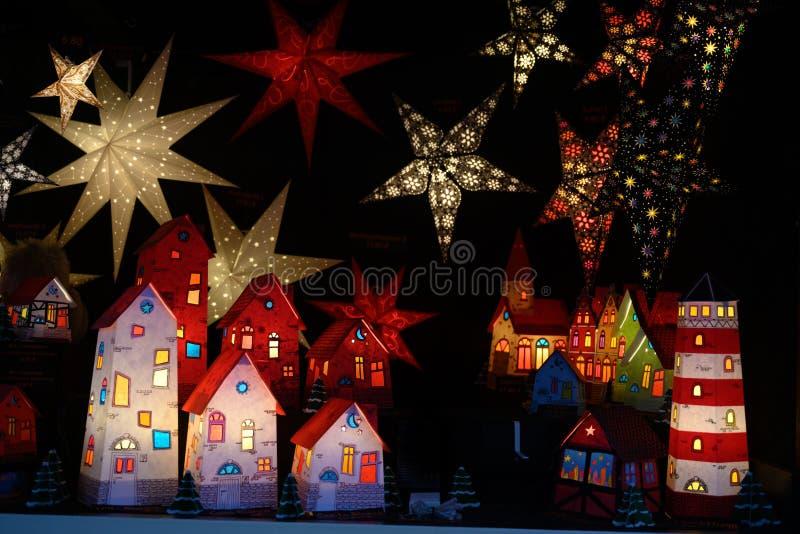 Verlichte sterren en document huizen op Kerstmismarkt, Duitsland royalty-vrije stock afbeeldingen