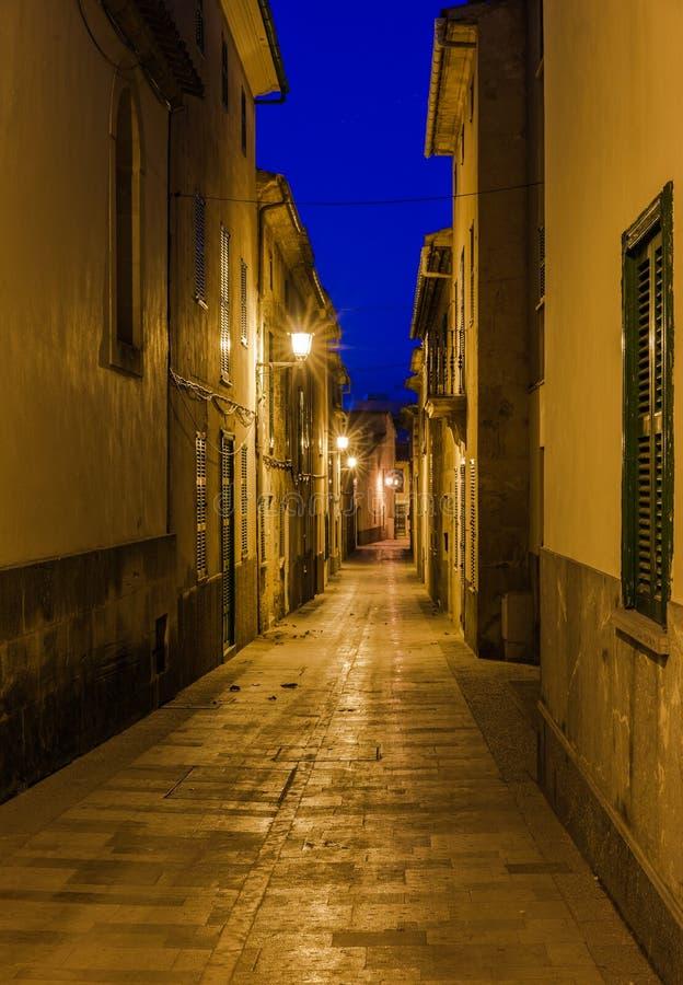 Verlichte straat in de oude stad van Alcudia op Majorca, Spanje royalty-vrije stock fotografie
