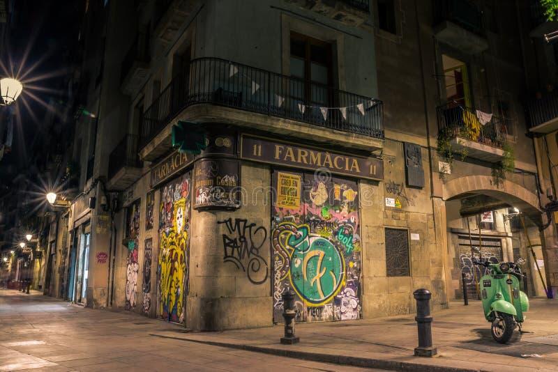 Verlichte straat met graffitimuren royalty-vrije stock fotografie