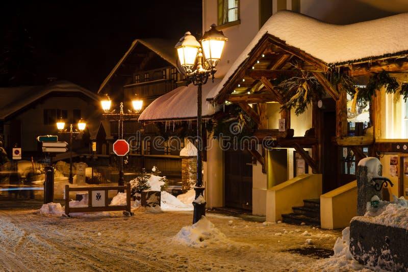 Verlichte Straat van Megeve op Kerstavond stock fotografie