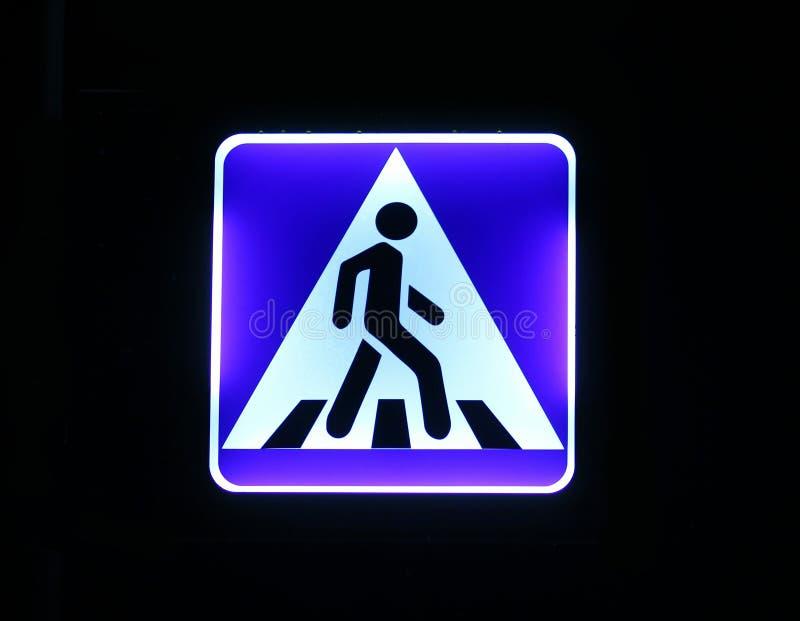 Verlichte straatverkeersteken - voetgangersoversteekplaats stock fotografie