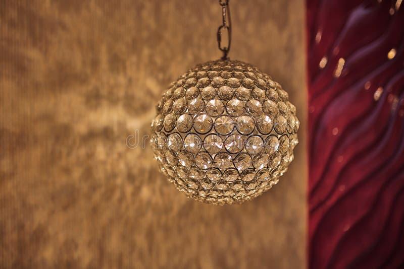 Verlichte tegenhanger lichte lamp, Elegante verlichte Kroonluchter ronde lamp in het binnenland royalty-vrije stock foto