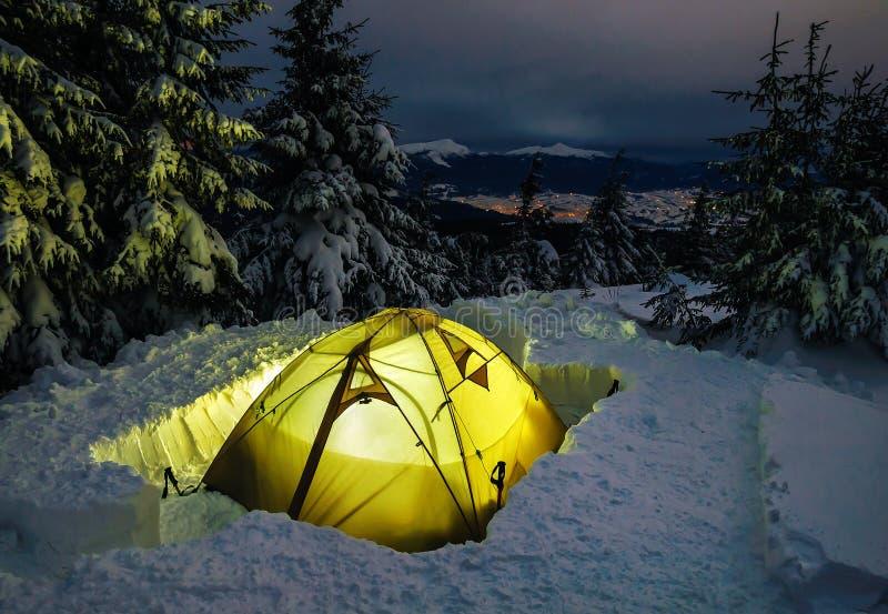 Verlichte tent in de winter royalty-vrije stock foto