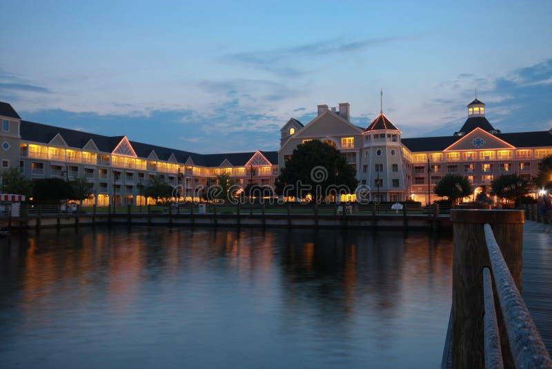 Verlichte toevlucht en houten promenade bij nacht royalty-vrije stock foto's