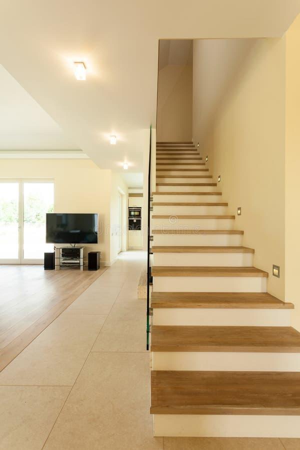 Verlichte trap in modern huis stock afbeelding for Modern trap