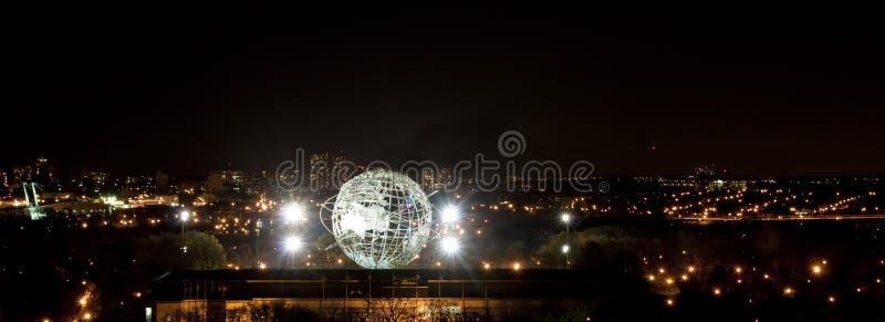 Verlichte Unisphere in het Park van de Corona stock afbeeldingen