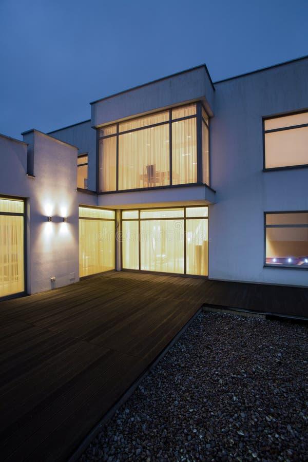 Verlichte vensters in losgemaakt huis stock foto