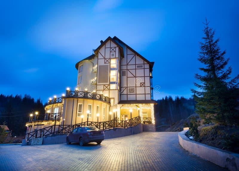Verlichte villa in het bos royalty-vrije stock foto