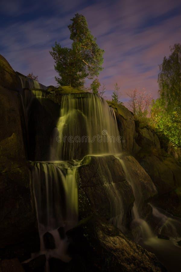 Verlichte waterval in nachtpark royalty-vrije stock afbeelding