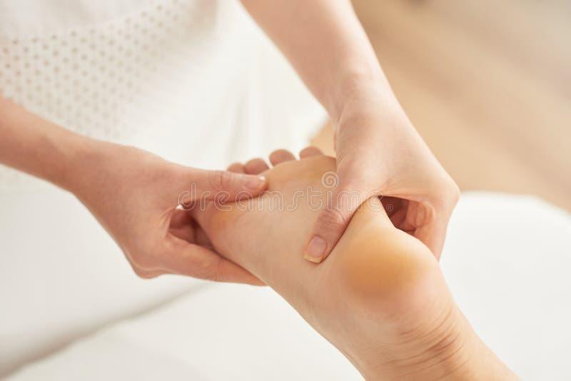 Verlichtende voetenmassage royalty-vrije stock foto's