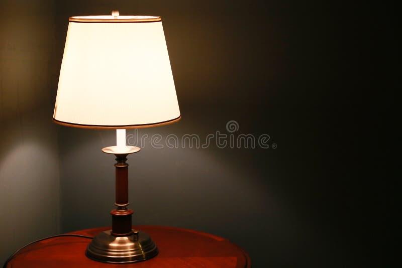 Verlichting naast het bed stock afbeeldingen
