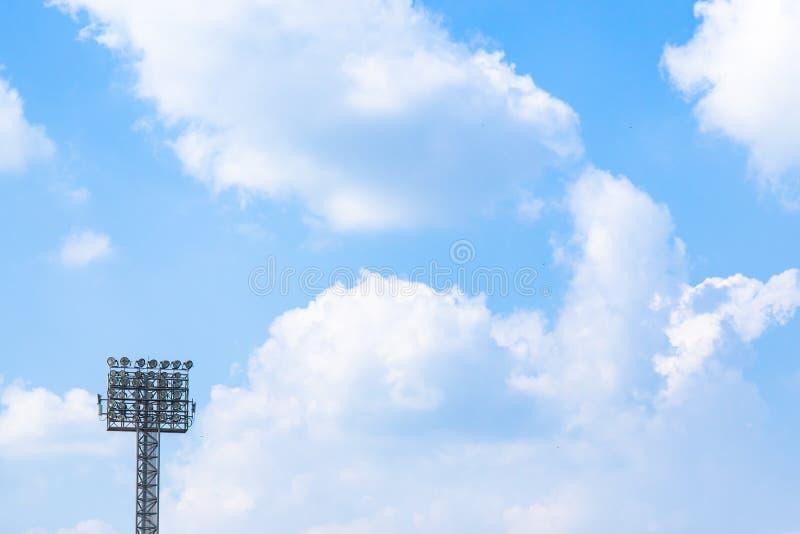 Verlichting of Schijnwerpertoren van stadion op hemel en wolkenachtergrond stock fotografie