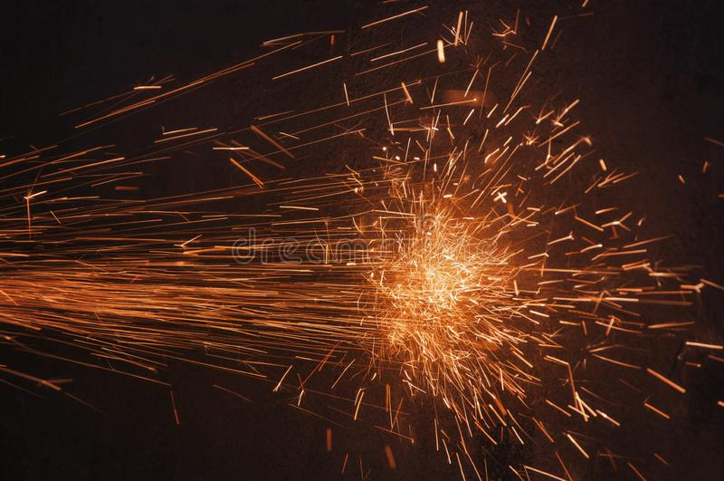 Verlichting van de vonken in het donker Werken met metaal Splatter royalty-vrije stock foto