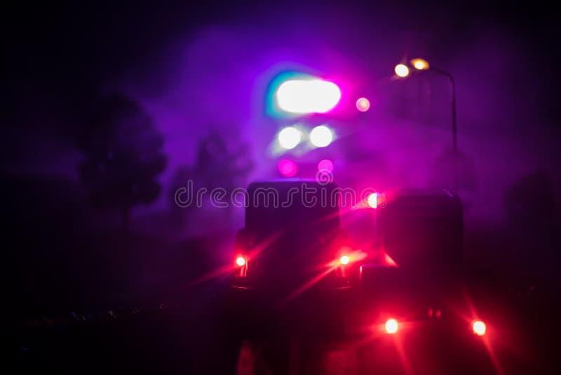 verlichting van politiewagen in de nacht tijdens ongeval op de weg De decoratie van de kunstwerklijst stock afbeeldingen