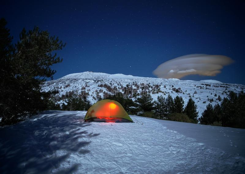 Verlichtingstent en maanlicht op het landschap van de wintervolcano etna, Sicilië stock foto's