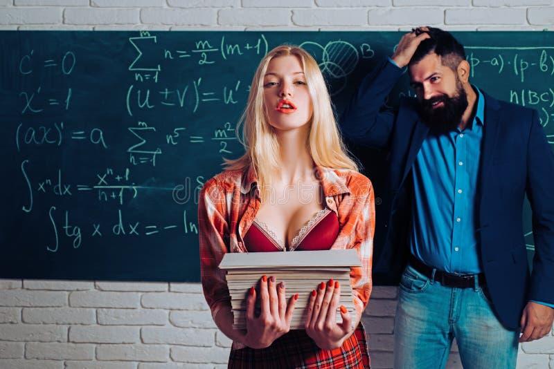 Verlieben in der Universität Arbeitsplatz Romanze vom gut aussehenden Mann und von der sexy Frau in der Universität Paare in der  lizenzfreie stockfotografie