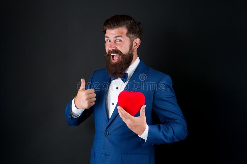 Verliebte Celebrate-Liebe Vertrauen Sie mir Happy Valentinstag Tuxedo Mann hält rotes Herz Liebeskonzept leidenschaftlich reif stockfotos