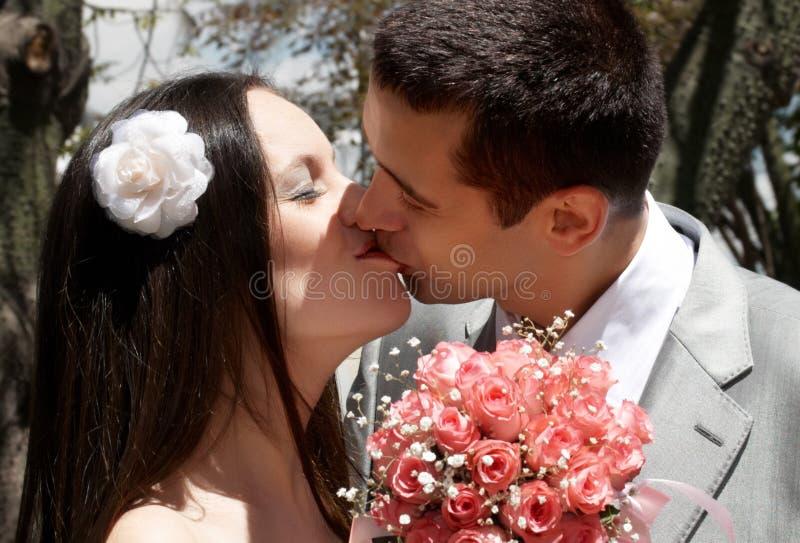 Verliebte neu-verheiratete Paare lizenzfreies stockfoto