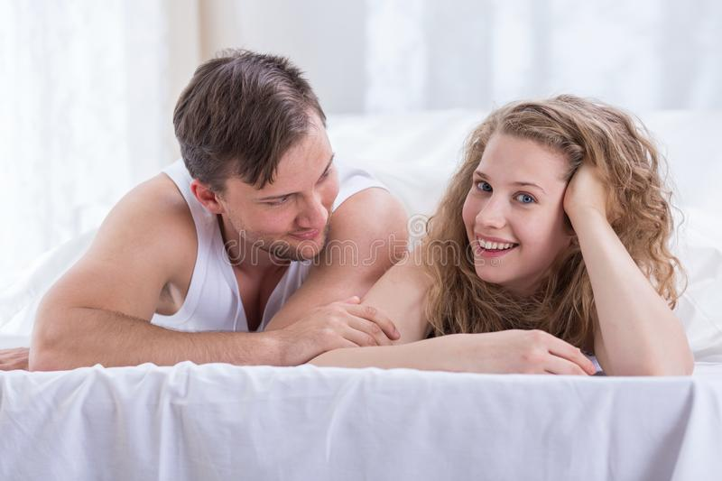Verliebte Paare im Schlafzimmer lizenzfreies stockbild