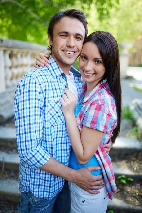Verliefd paar in greep stock foto's