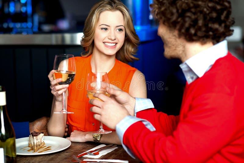 Verliefd paar op een romantische datum stock foto